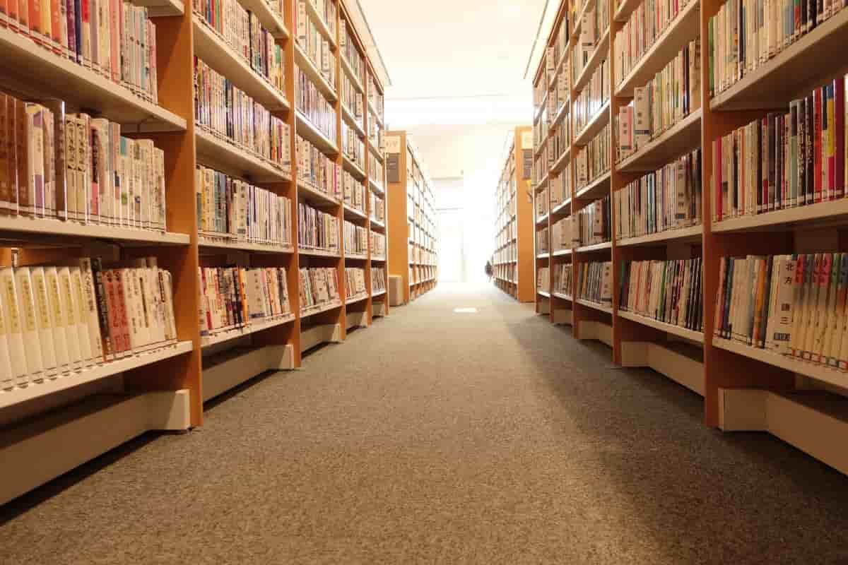 たくさんの本棚が置いてある図書館