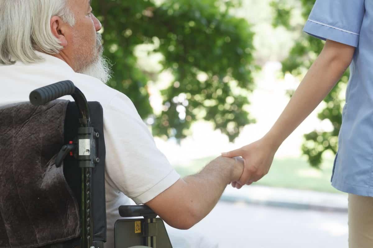 理学療法士と車椅子患者