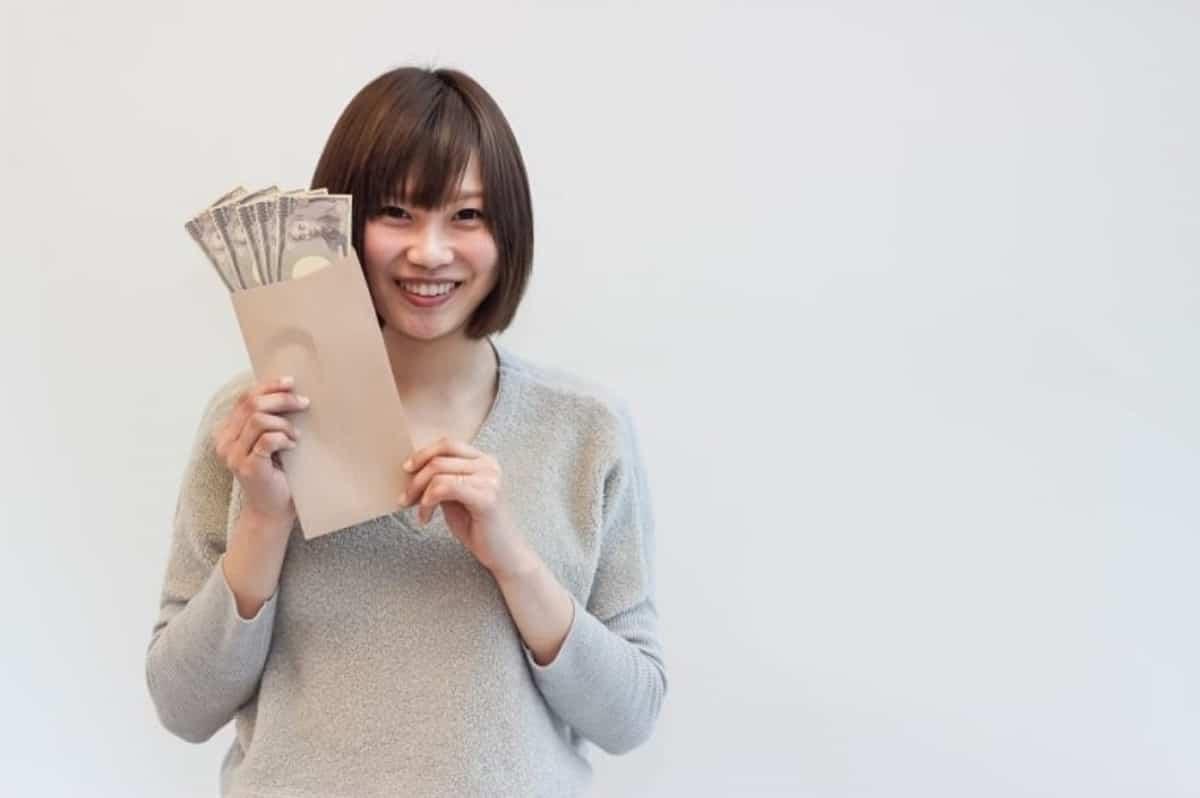 お金を持って喜んでいる女の子